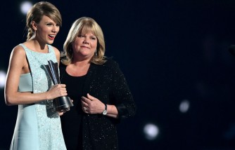 Taylor Swift and mom Andrea Swift