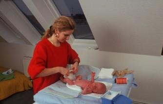 Eine Mutter Wechselt Ihrem Baby Die Windel