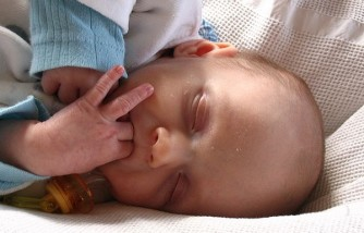9 Easy Ways to Wean Your Baby From Thumb Sucking